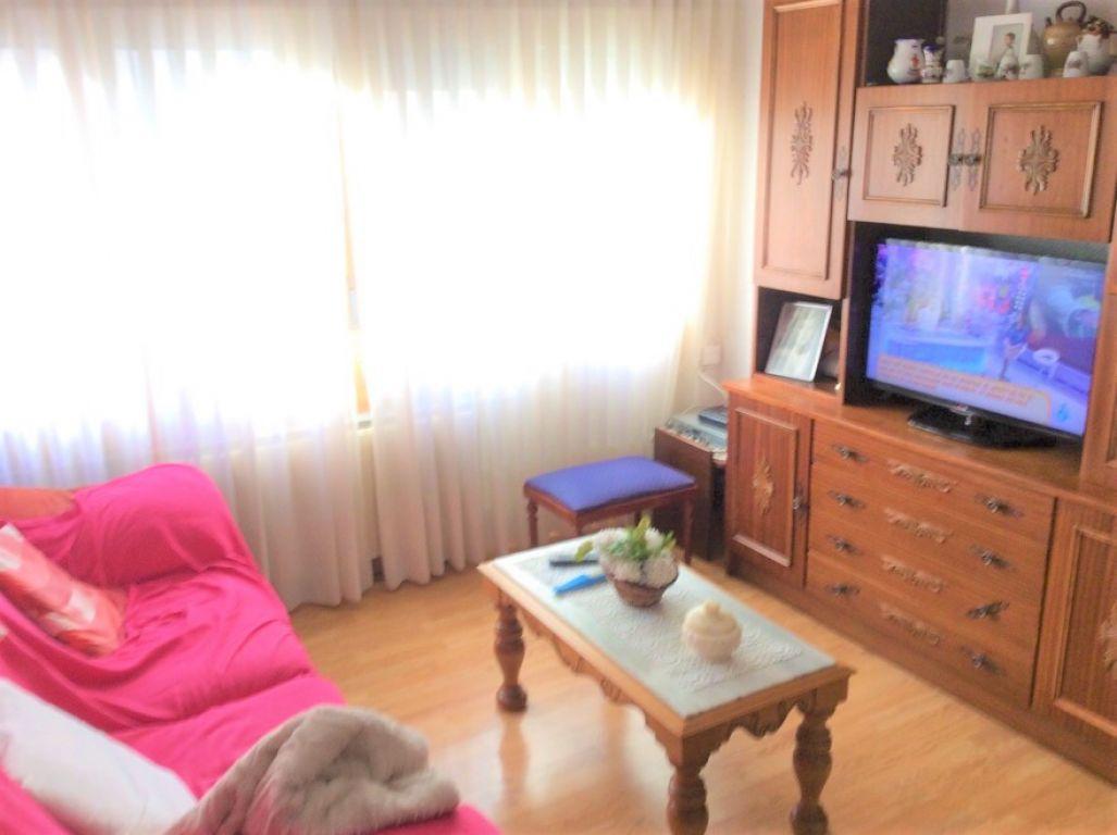 Piso Semi-Reformado De 3 dormitorios En Zona Tranquila