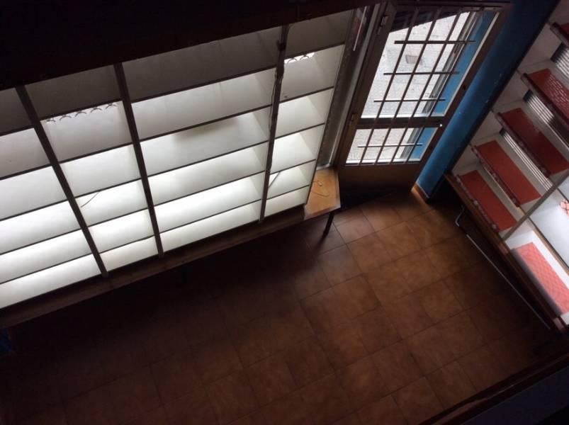 MUY CÉNTRICO. Local comercial de 28 m2 y cuadradito. Baño con termo. Totalmente acondicionado. Sobre planta de 14 m2. UBICACIÓN EXCEPCIONAL.